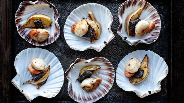 Meere\'s black pudding and scallop canapés