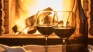 Thumb_wine_in_front_of_fire_main