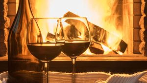 Thumb_wine_in_front_of_fire_main_flip_