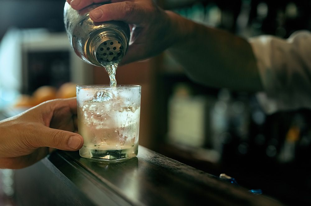 Bar-cocktail-gettyimages-990070140