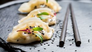 Thumb_getty_dumplings_with_sesame_seeds_main