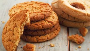 Thumb ginger biscuit