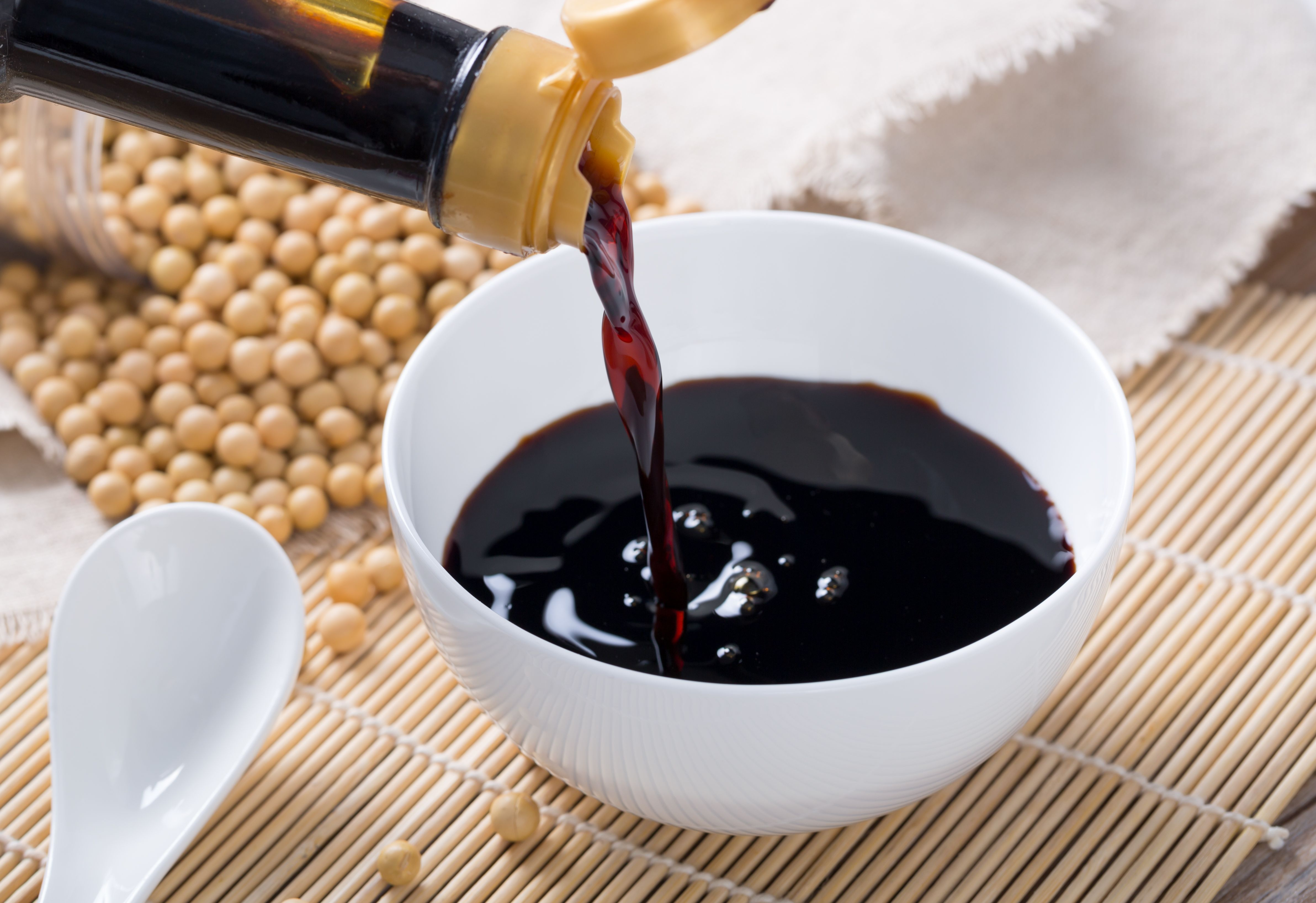 Getty_pouring_soy_sauce_
