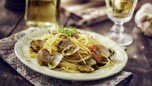 Thumb spaghetti with clams gettyimages 518828686 throwback main