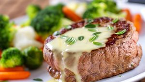 Béarnaise sauce, ideal with steak and chips