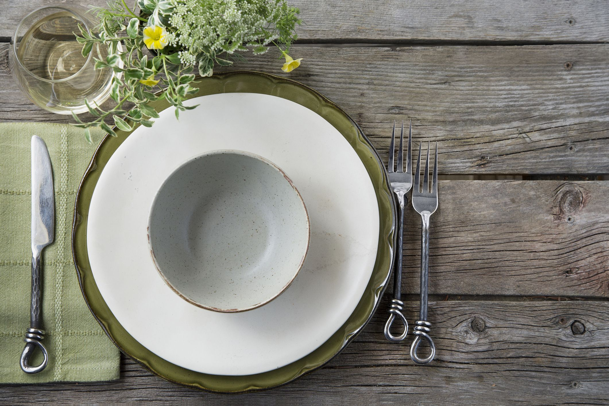 Table_setting_gettyimages-518338199_flip