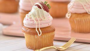 Thumb strawberry cupcakes deva williamson s2jw81lfrg0 unsplash